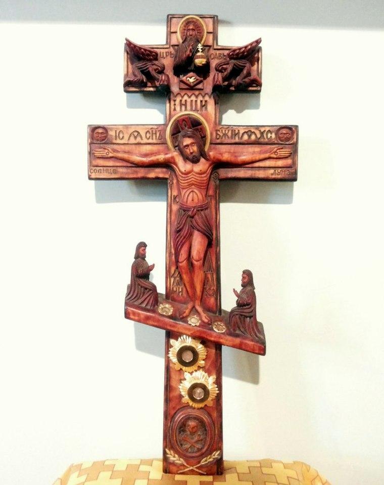 Крест с распятием Иисуса Христа. В мощевиках размещены: частица Животворящего Древа Креста Господня, земля с горы Голгофа (непосредственно с места распятия Спасителя), камень от гроба Господня